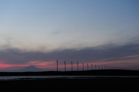 夕暮れの発電風車