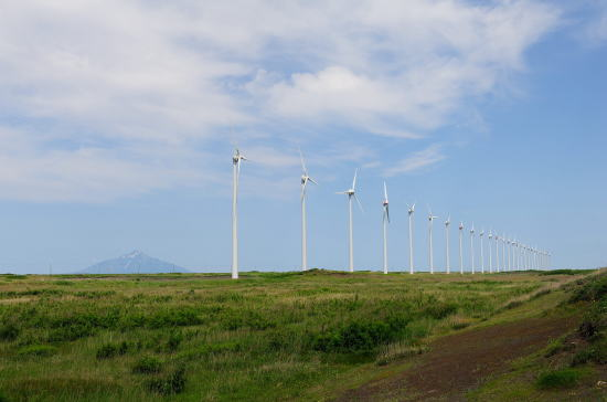 利尻富士と発電風車