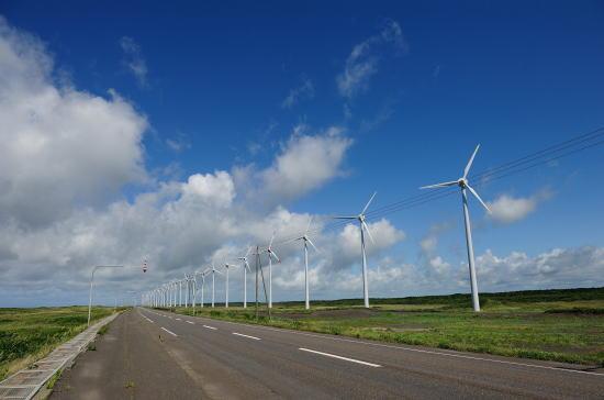 夏雲と発電風車