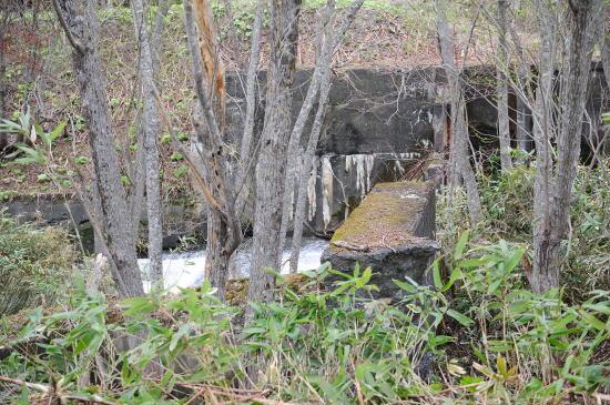 川の古い護岸や鉄道橋の橋脚跡