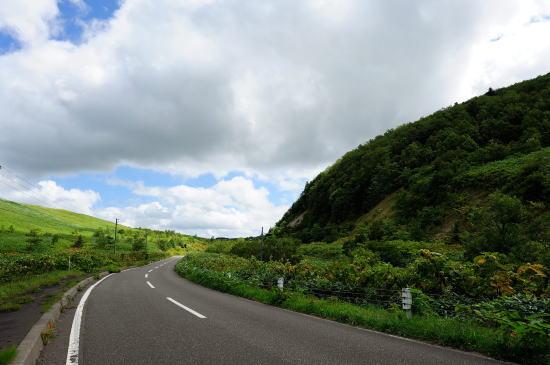 軌道跡は右の山の斜面に続いています