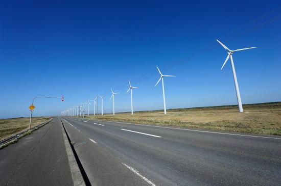 道道106号と発電風車