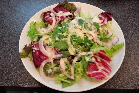 ルッコラと緑の野菜を使ったサラダ