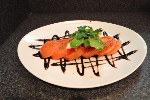 完熟トマトとバジルのサラダ