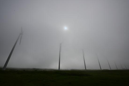 発電風車、霧の深い日