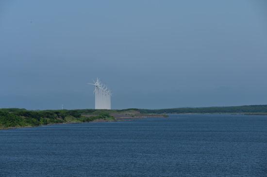 天塩川河口大橋から発電風車を望む