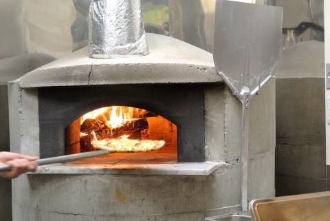 かまどで焼くピッツァ