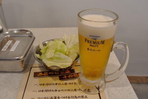 お通し(キャベツ)と生ビール