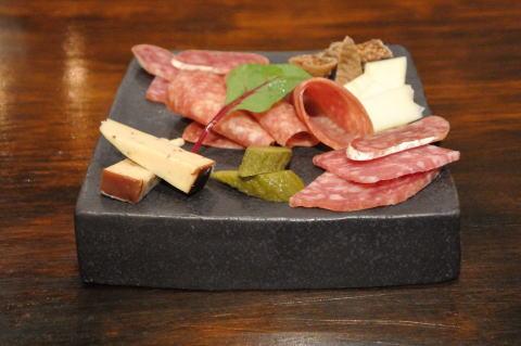 本日のサラミとチーズ