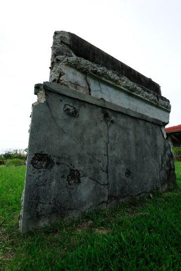 弾痕の残る壁