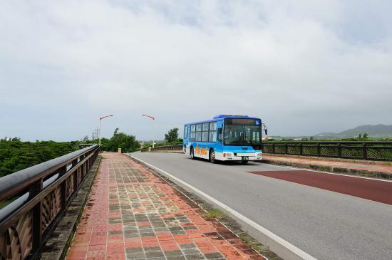 宮良橋を行く「東運輸 空港線」