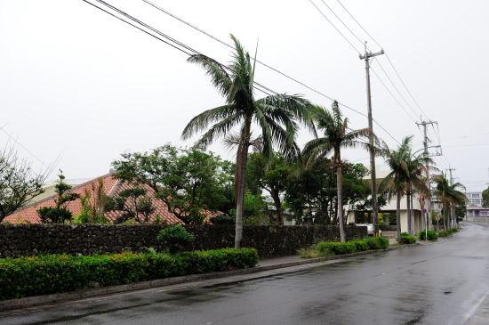 小雨降る街並み