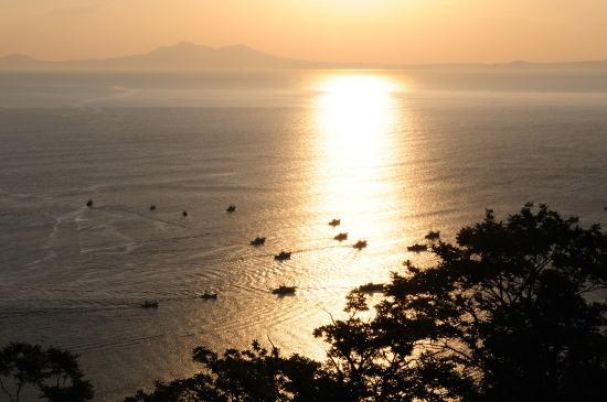 朝日の中、漁船が出漁して行きました