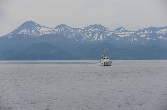 知床連山と巡視船「さろま」