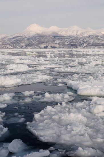 流氷と羅臼岳