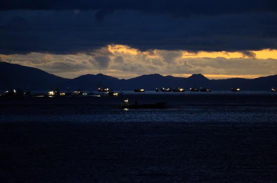 漁火で明ける羅臼の海