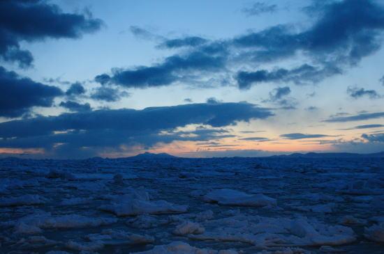 日の出前の流氷