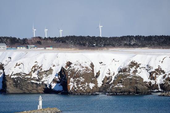 落石の断崖と風車