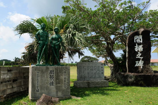 開拓の像と開拓の碑