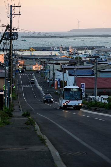 夕暮れの花咲港をゆく根室交通 花咲線
