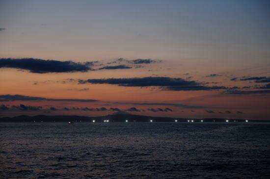 明けゆく国後島と漁火
