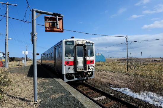 花咲駅を出発する釧路ゆき普通列車