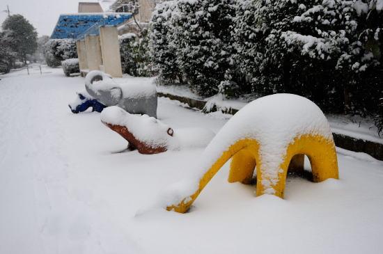 雪の降る日の遊具