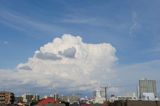 夏の名残りの入道雲