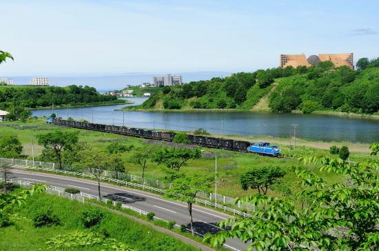 ひぶな坂から春採湖と石炭列車を望む
