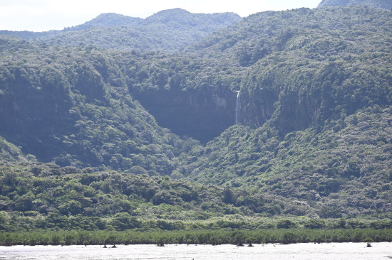 船浦海中道路より「ピナイサーラの滝」を望む