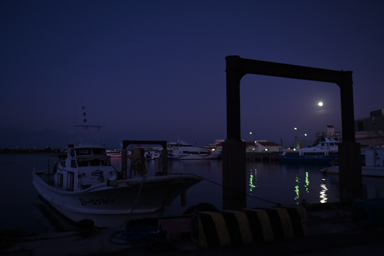 離島ターミナルにて・夜明け前の月
