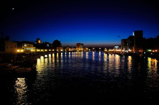 久寿里橋から夕暮れの釧路川を望む
