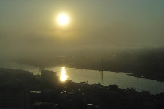 霧に霞む夕日