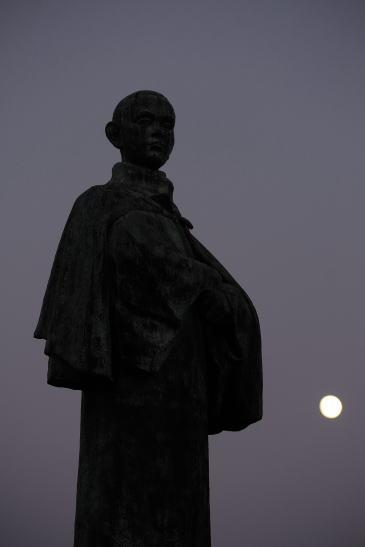 啄木像と月
