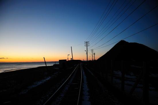 知人の貯炭の山と臨港線の線路