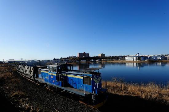 青い春採湖をゆく