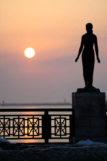 夕日に佇む春の像