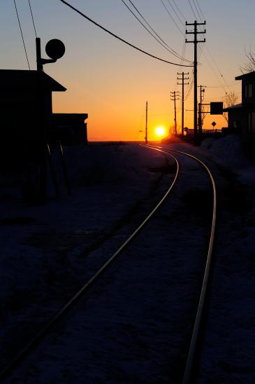 夕日に続く線路