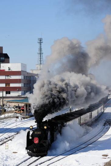 釧路駅を出発する「SL冬の湿原号」