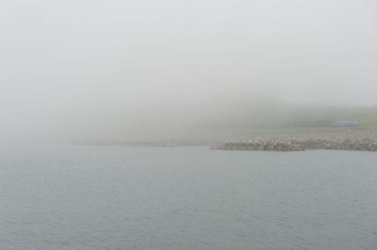 深い霧の日、千代ノ浦海岸をゆく
