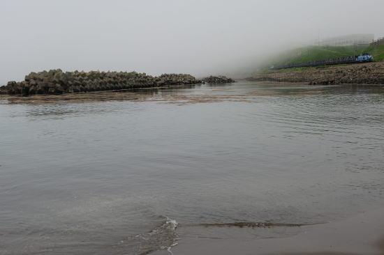 霧の日、千代ノ浦海岸をゆく