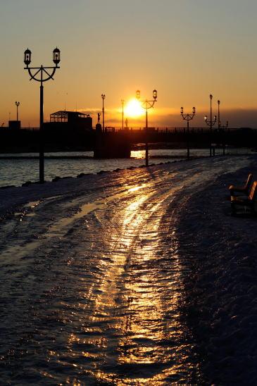 凍てつく河畔の夕日