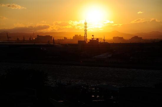 河口に落ちる夕日