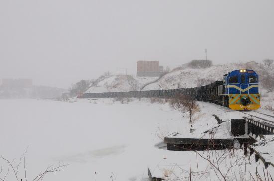 雪の日の春採湖畔をゆく
