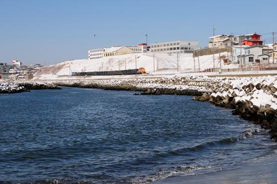 雪晴れの日、弁天ヶ浜をゆく