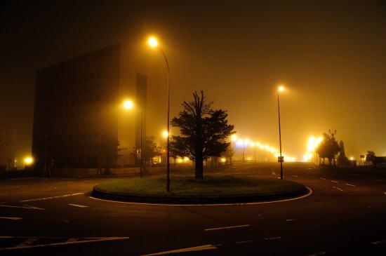 霧の夜のロータリー