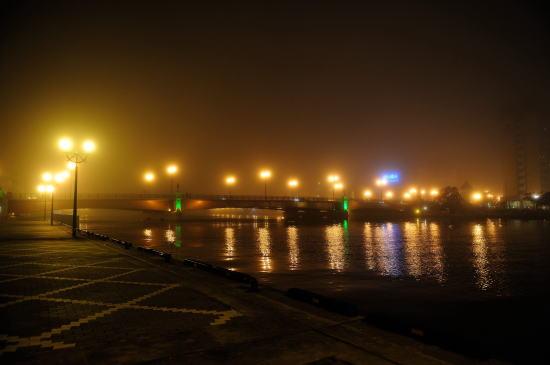 霧の夜の釧路川河畔