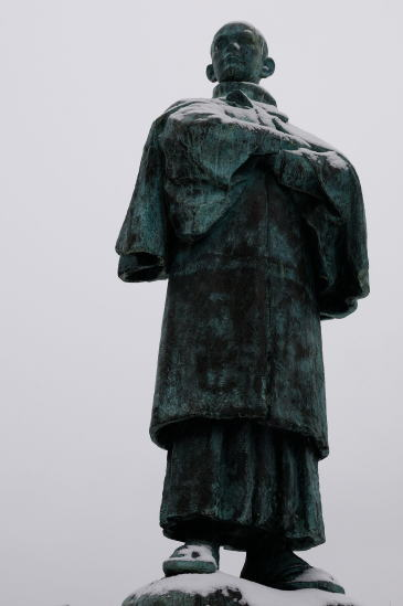 港文館前の石川啄木像