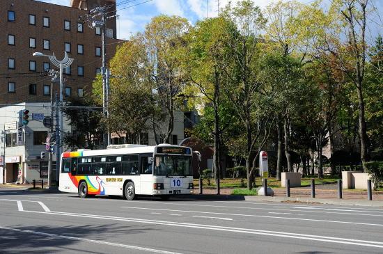 栄町をゆく「くしろバス」