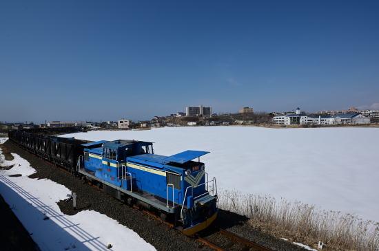 雪解けの湖畔をゆく